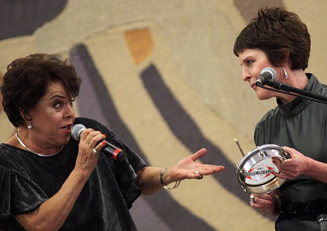 Cantora e compositora Miúcha se apresentando com Georgiana de Moraes, filha do falecido poeta e compositor Vinícius de Moraes, no palácio do Itamaraty, em Brasília, em 16 de agosto de 2010.