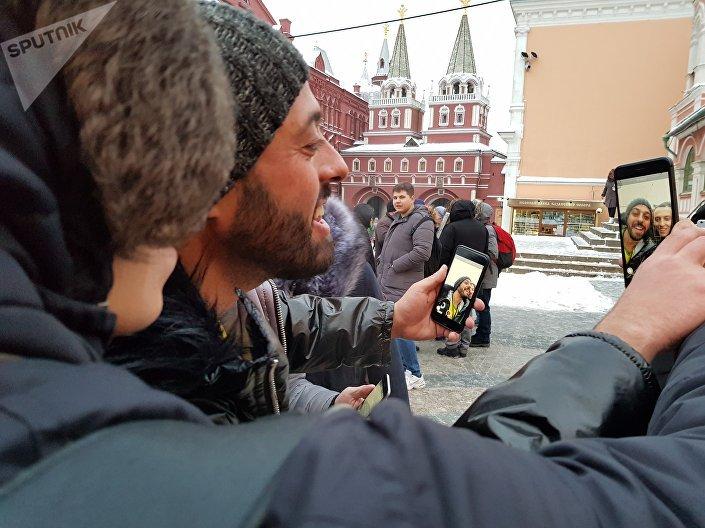 Fã faz uma live com Tomer Savoia na Praça Vermelha, 27 de dezembro de 2018