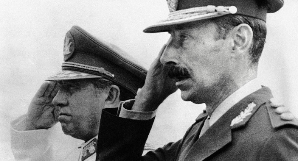 O ditador chileno Augusto Pinochet e seu homólogo argentino, Jorge Rafael Videa.