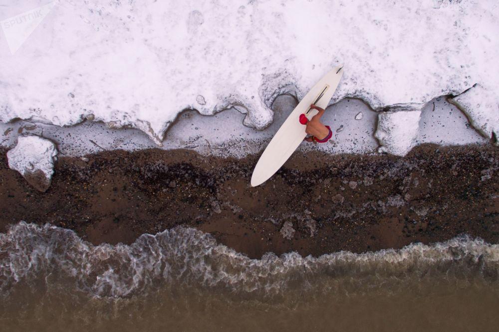 Atleta russo, Aleksandr Orlov, fechando temporada de windsurf na estação de surf Boomerang, na costa da região de Novossibirsk, Rússia