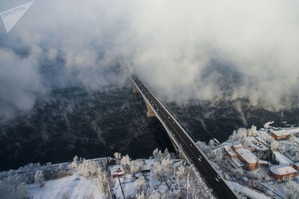 Vista aérea do rio Ienissei, que atravessa a Ponte Krasnoyarsk, na região de Krasnoyarsk, Rússia