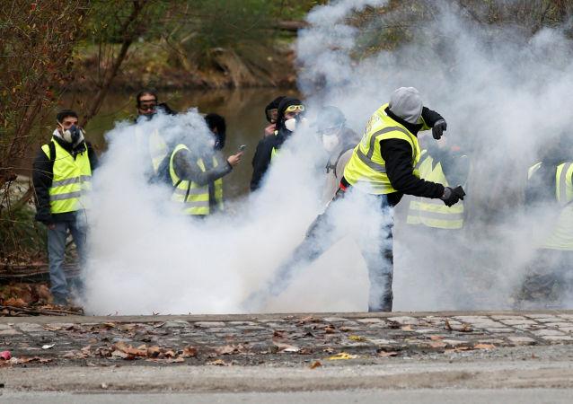 Manifestantes do movimento coletes amarelos entram em confronto com policiais em Paris