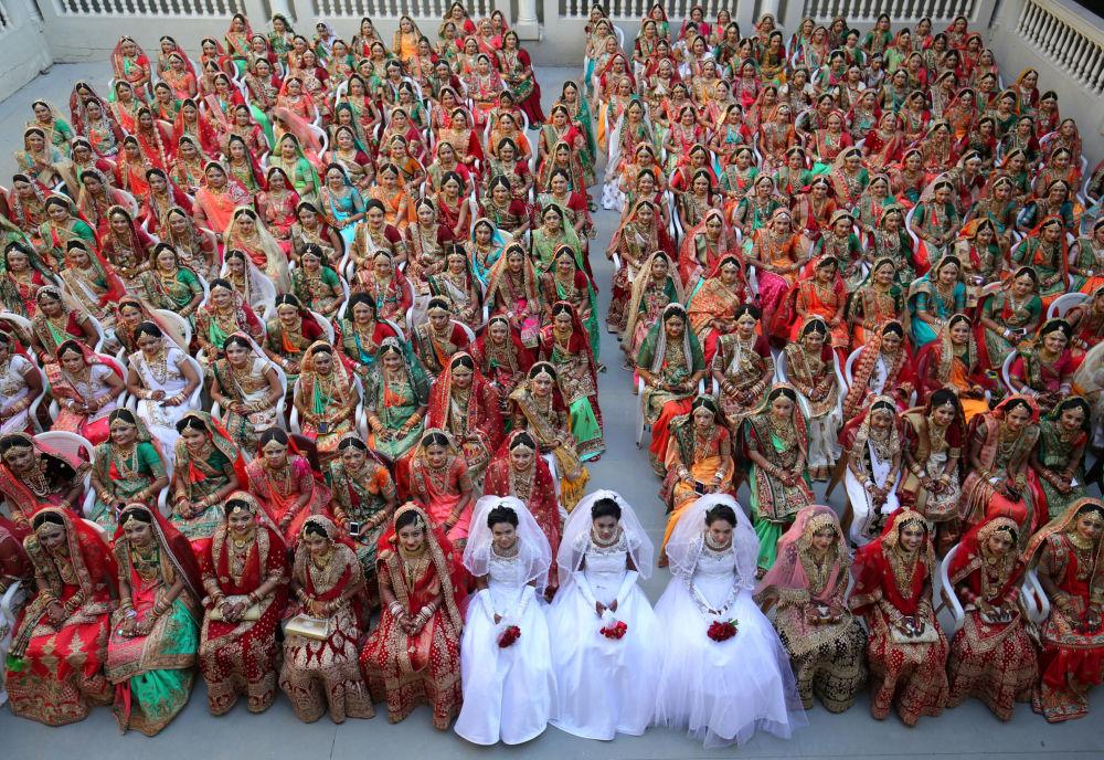 Noivas durante cerimônia de casamento comunitário, na Índia