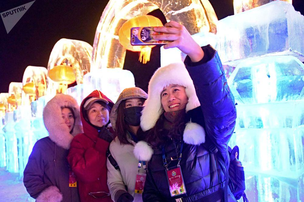 Visitantes fazem selfie com esculturas de gelo em Manchúria