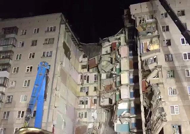 Imagem externa de edifício que desabou parcialmente em Magnitogorsk, na Rússia, deixando ao menos 7 mortos. Uma explosão de gás foi a causa do acidente.