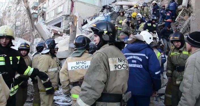 Equipes de resgate no local de desabamento do prédio residencial na Rússia
