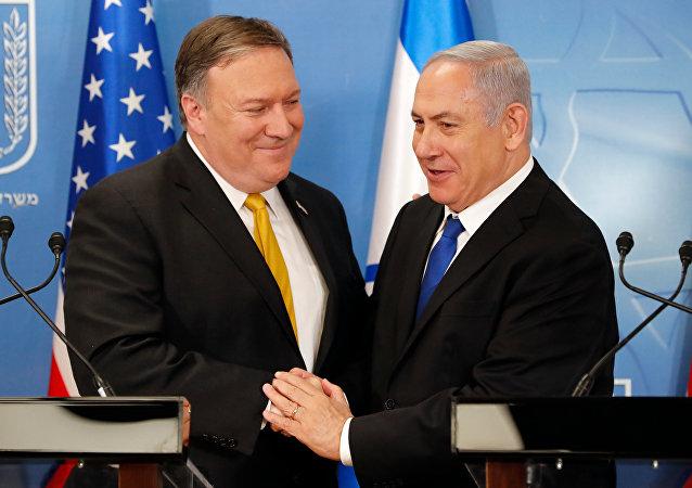 O secretário de Estado norte-americano, Mike Pompeo, com o premiê de Israel, Benjamin Netanyahu, no Ministério da Defesa israelense, em Tel Aviv (arquivo)
