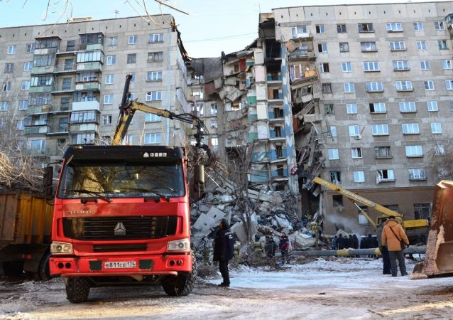 Trabalhos de resgate depois do desabamento do prédio residencial em Magnitogorsk, Rússia