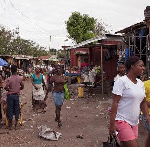 Refugiados liberianos circulam em acampamento situada nos arredores da cidade de Accra, Gana, onde um surto de ebola atingiu a população.