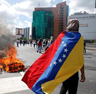 Manifestantes entram em conflito com a polícia em Caracas (imagem referencial)