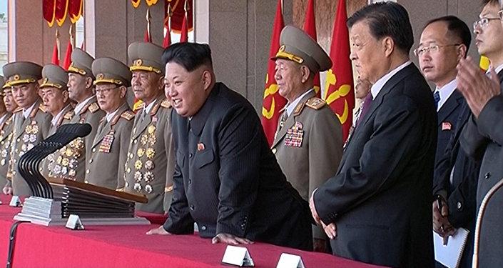 Líder norte-coreano Kim Jong Un, juntamente com Liu Yunshan, líder número 5 do Partido Comunista da China  assiste a desfile durante a cerimônia que marcou o 70º aniversário do partido governante (arquivo)