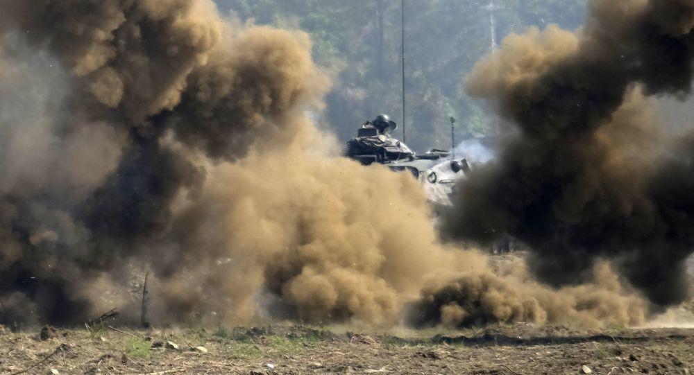Tanque de fabricação norte-americana M60A3 atrás de cortina de fumaça (foto de arquivo)