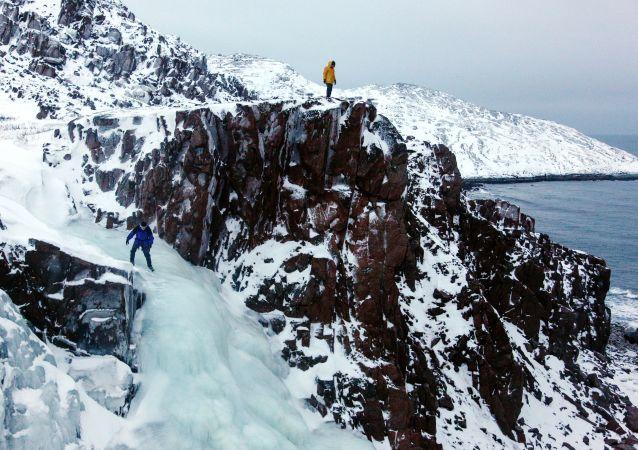 Cachoeira congelada na península de Kola, no extremo norte da Rússia