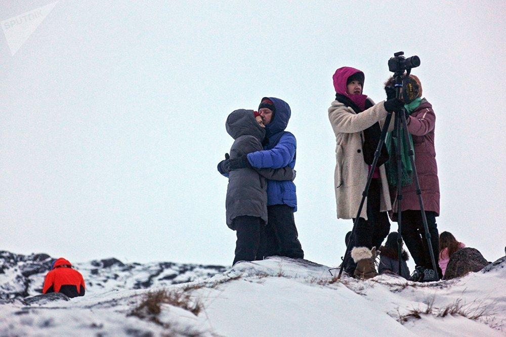Turistas fazendo fotos panorâmicas da península de Kola, no extremo norte da Rússia