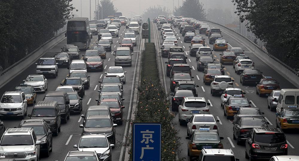 Motoristas presos no trânsito em um anel viário de Pequim, na China.