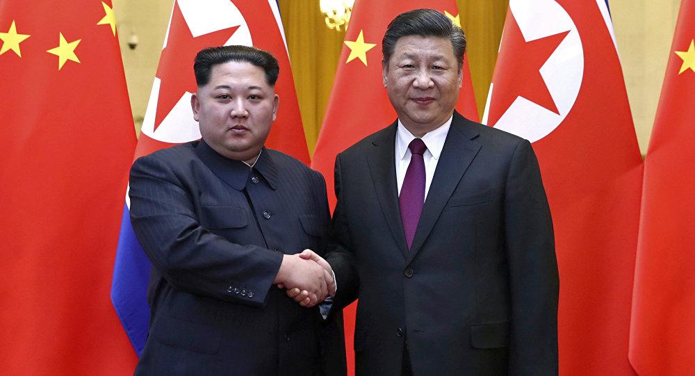 O líder norte-coreano Kim Jong Un e o presidente chinês Xi Jinping apertam as mãos em Pequim, na China.