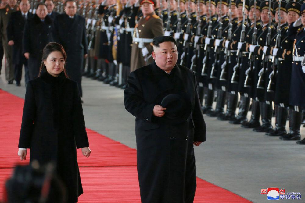 Líder norte-coreano, Kim Jong-un, e sua esposa, Ri Sol-ju, durante visita a Pequim