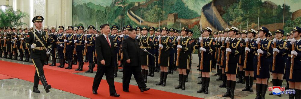 Presidente chinês, Xi Jinping, e líder norte-coreano, Kim Jong-un, durante cerimônia de boas-vindas, em Pequim, na China