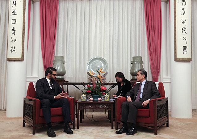 O conselheiro de segurança nacional do Afeganistão, Hamdullah Mohib, e o ministro de relações exteriores da China, Wang Yi, em reunião em Pequim.
