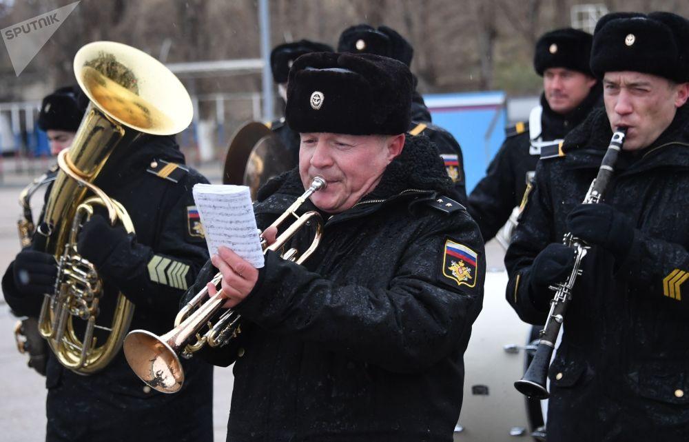 Banda militar toca durante chegada do grande navio antissubmarino Severomorsk da Frota do Norte, em Sevastopol