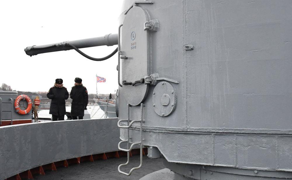 Militares no grande navio antissubmarino Severomorsk da Frota do Norte, em Sevastopol