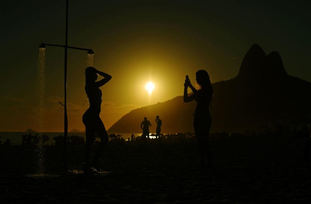 Um pôr do sol na praia de Ipanema