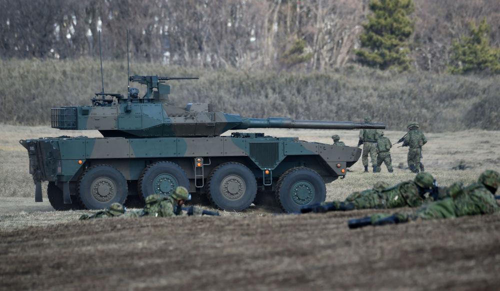Veículo de combate japonês do Tipo 16 participa das manobras no Campo de Treinamento de Narashino