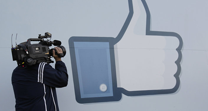 Placa mostra o símbolo de Like fora da sede do Facebook em Menlo Park, Califórnia