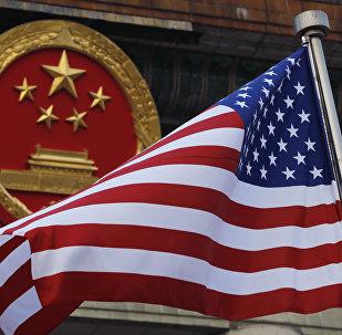 Bandeira americana é vista ao lado do emblema nacional chinês durante uma cerimônia de boas-vindas ao presidente dos EUA, Donald Trump, do lado de fora do Grande Salão do Povo em Pequim (arquivo)