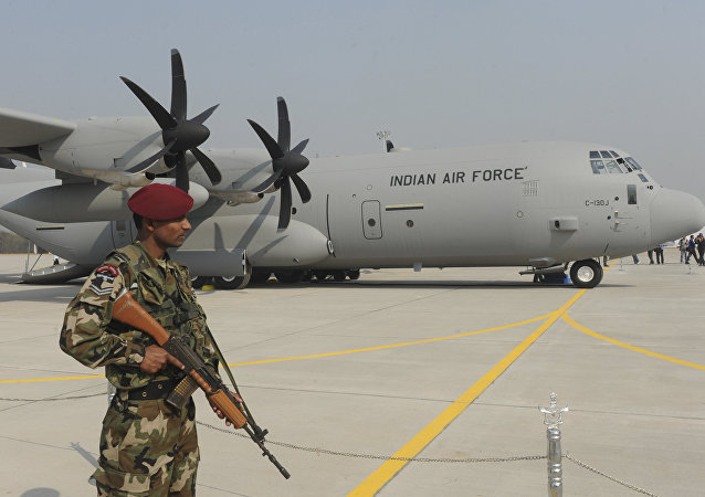 Soldado indiano próximo do avião C-130J