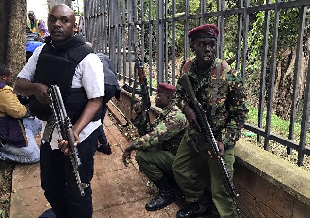 Forças de segurança do Quênia ao redor do hotel alvo de ataque terrorista, em Nairobi