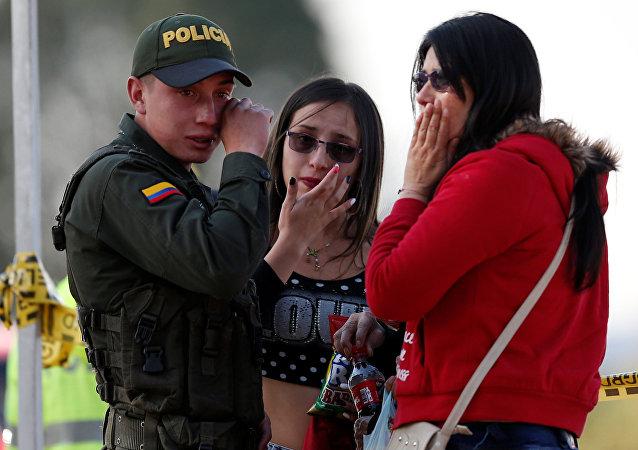Amigos e familiares das vítimas do atentado contra a Academia de Polícia General Santander, em Bogotá