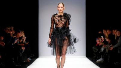 Modelo durante o desfile da Semana de Moda de Berlim