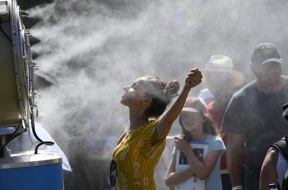 Espectadora se refresca durante o torneio de tênis Aberto da Austrália (Australian Open) disputado em Melbourne, em 14 de janeiro de 2019