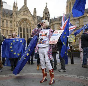 Manifestantes contra o Brexit ao lado do prédio do Parlamento em Londres