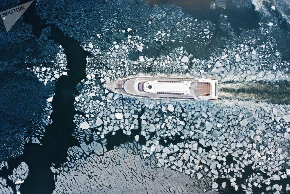 Embarcação para passeios no rio Moscou