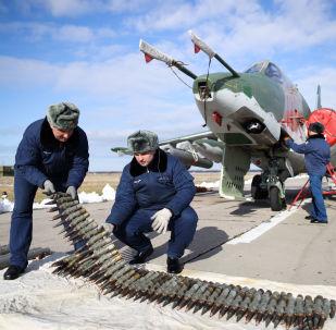 Preparação da aeronave de ataque Su-25SM3 durante os exercícios táticos de voo no território de Krasnodar, Rússia