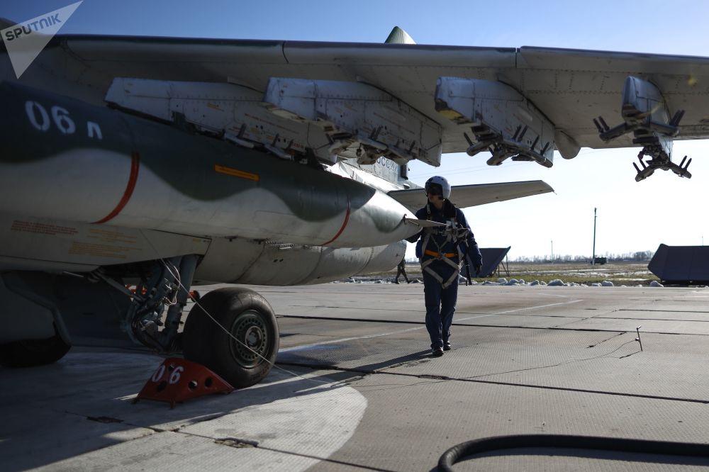 Piloto perto da aeronave Su-25SM3, antes do início dos exercícios de voo tático no território de Krasnodar, Rússia