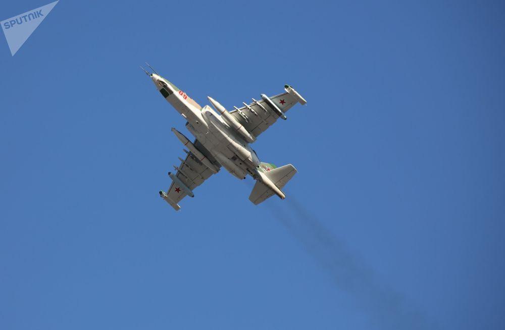 Avião militar Su-25SM3 se apresentando durante treinamentos táticos de voo no território russo de Krasnodar
