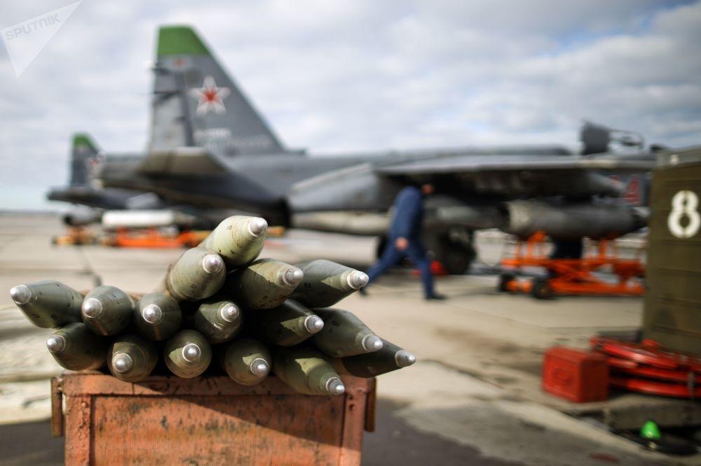Preparação da aeronave Su-25SM3, antes do início das manobras de voo tático no território russo de Krasnodar