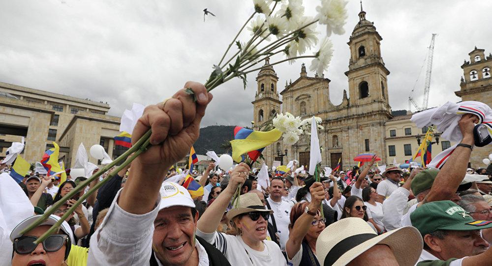 Manifestação pela paz na Colômbia após atentando terrorista do ELN matar 21 pessoas com carro-bomba.