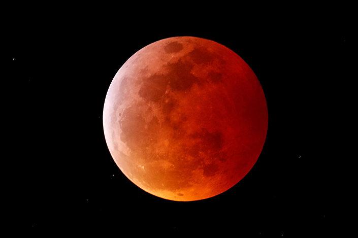 Eclipse lunar total, chamado de Superlua de sangue de lobo, é visto em Encinitas, Califórnia, EUA, em 20 de janeiro de 2019