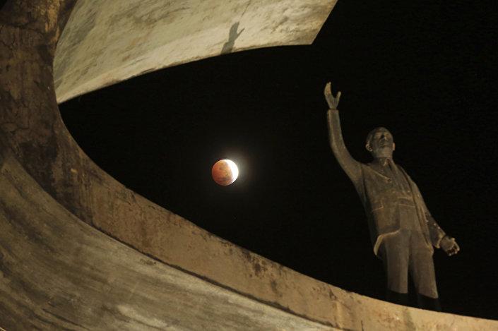 Eclipse lunar avança atrás do Memorial JK, um monumento em homenagem ao fundador de Brasília, Brasil, 21 de janeiro de 2019