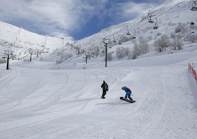 Praticantes de snowboard nas Colinas de Golã