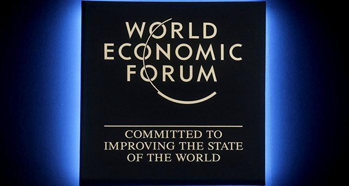 O logo do Fórum Econômico Mundial de Davos brilha durante a reunião anual na Suíça (arquivo)