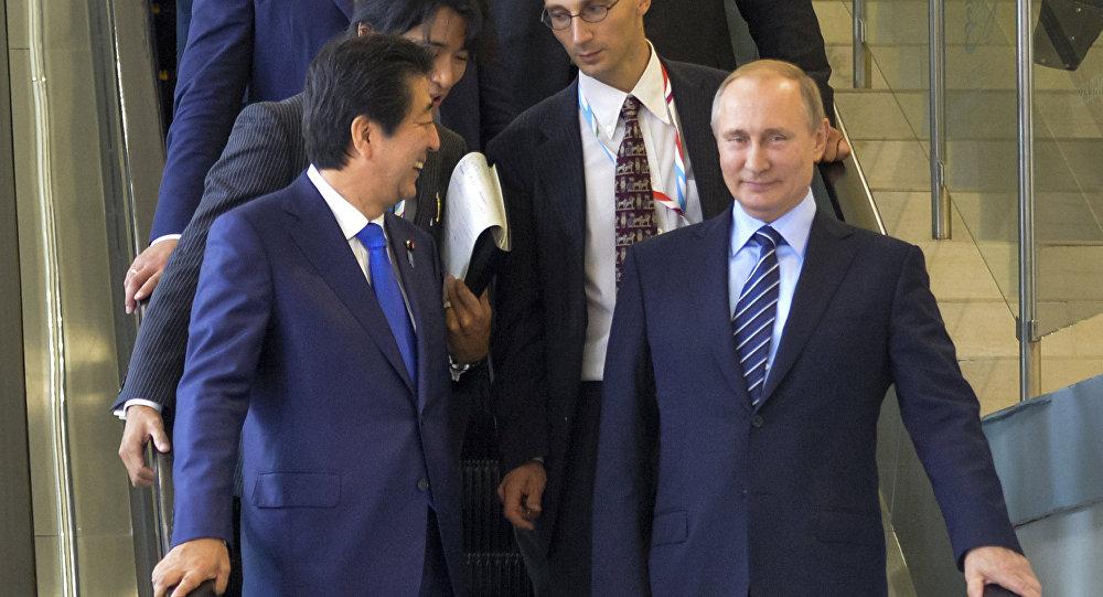 O primeiro-ministro japonês, Shinzo Abe, e o presidente russo, Vladimir Putin, em Vladivostok, Rússia.