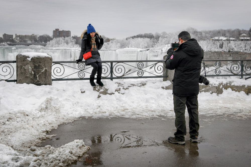 Casal tira foto nas cataratas do Niágara no Canadá