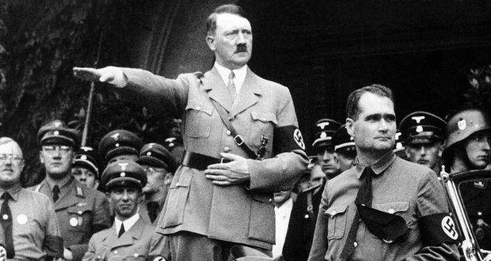 Adolf Hitler e Rudolf Hess durante parada militar em Berlim, em 1938