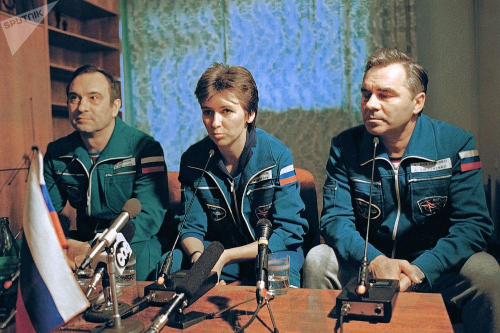Tripulação da espaçonave Soyuz TM-20, composta por Aleksandr Viktorenko, Elena Kondakova e Valery Polyakov