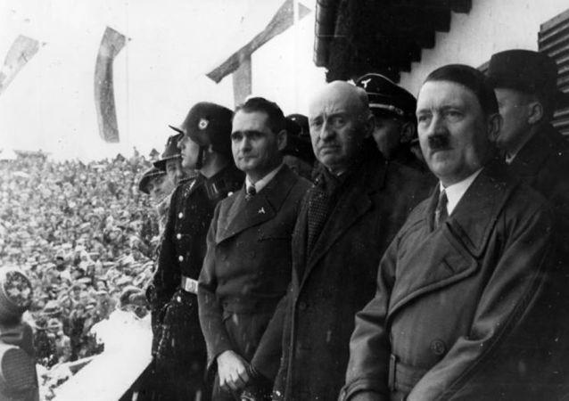 Rudolf Hess, Henri de Baillet-Latour e Adolf Hitler